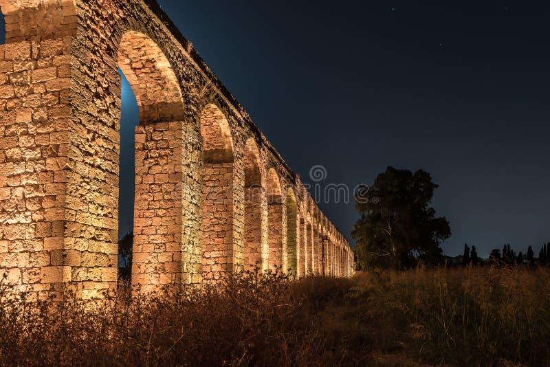 古老罗马渡槽的遗骸的夜视图在英亩和纳哈里亚之间位于以色列 库存照片