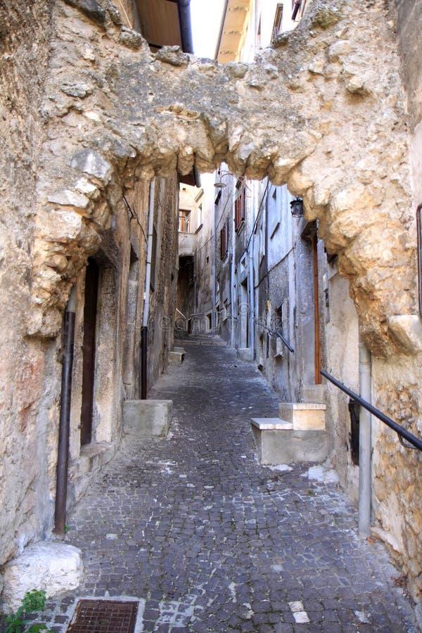古老美丽如画的狭窄的街道, Scanno,意大利 免版税库存图片