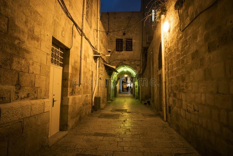 古老胡同在夜间的犹太区,老城市耶路撒冷 导致一个老城市的离开的路神秘的大气  免版税图库摄影