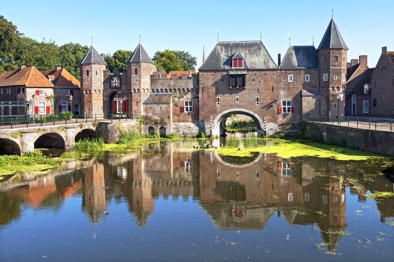 古老荷兰城市门Koppelpoort在阿莫斯福特 免版税库存照片
