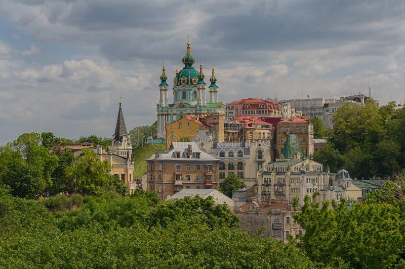 古老街道安德鲁的下降和圣安德烈教堂的美丽的景色 ?? 库存图片