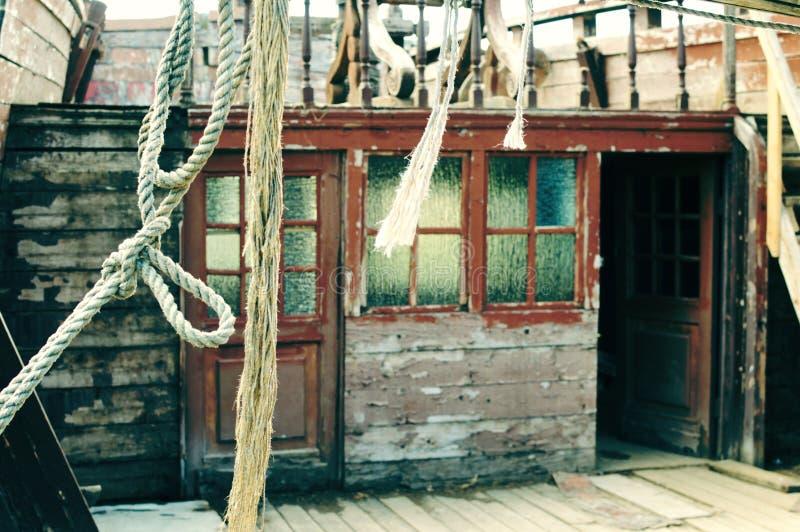 古老被投掷的木海盗行为船 船海绳索和绳索 美好的减速火箭的葡萄酒背景 免版税图库摄影