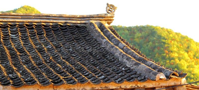 古老被烧的陶瓷当前用尽的做的仿造物类似于瓦瓦片对的帐户是木的木头 免版税库存照片
