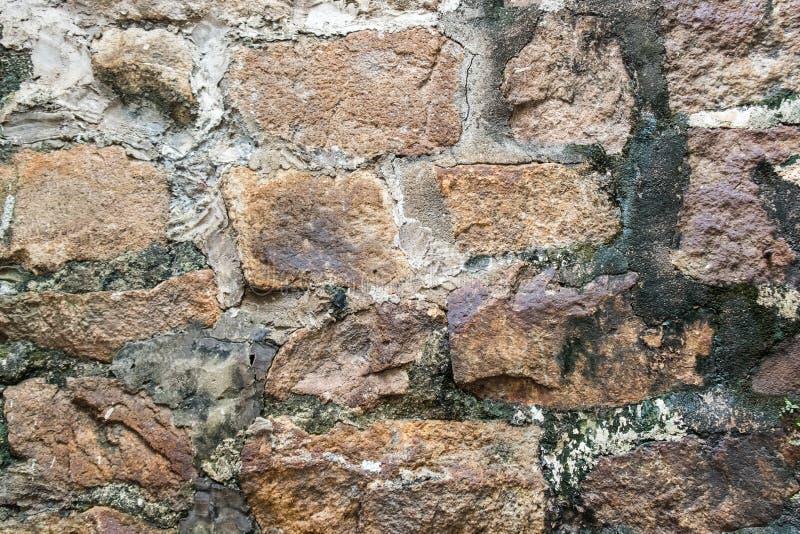 古老被风化的墙壁被修建自然鹅卵石 五颜六色的水平的图象适用于室内设计,背景, wallp 免版税库存图片