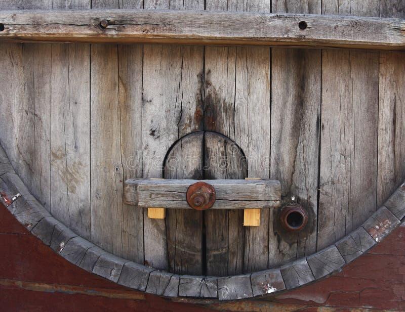 古老被风化的葡萄酒桶 免版税库存图片