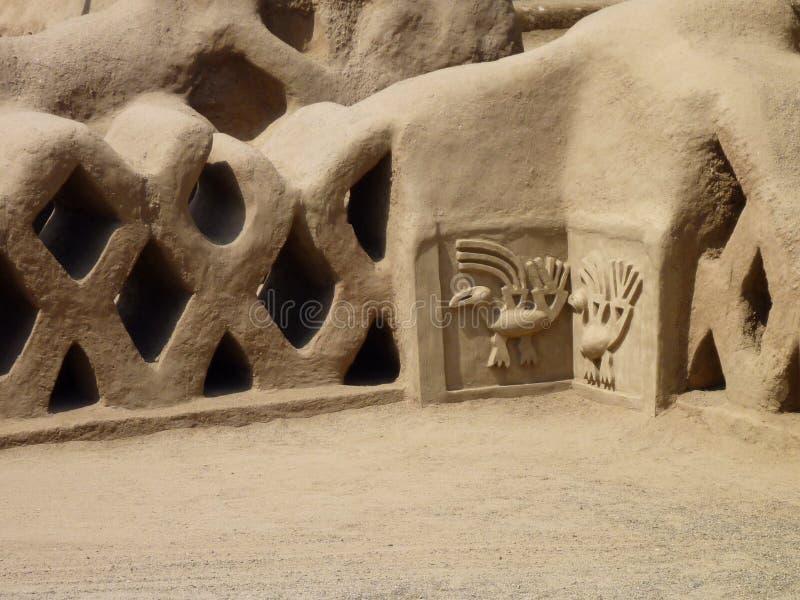 古老装饰建筑在昌昌在特鲁希略角秘鲁 库存照片