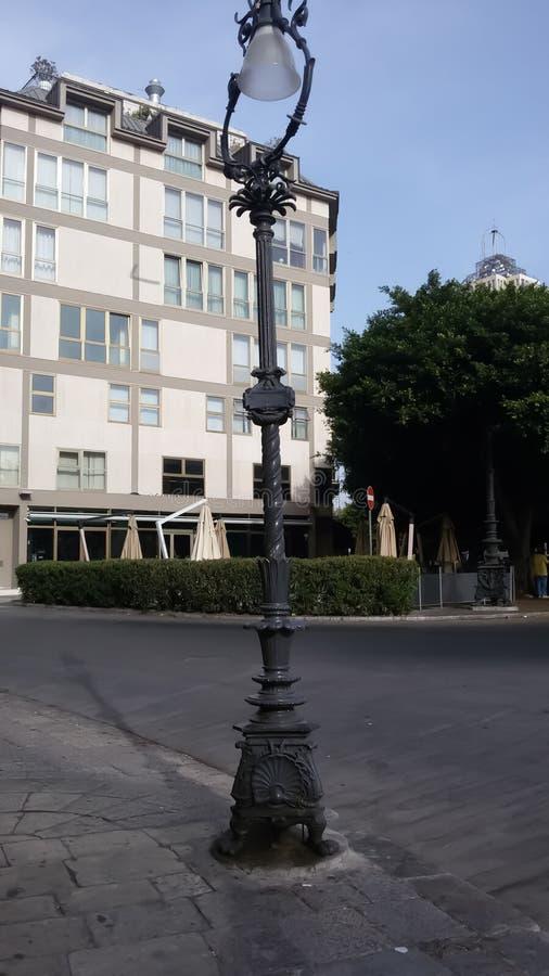 古老路灯柱在维尔蒂广场-巴勒莫西西里岛 免版税库存照片
