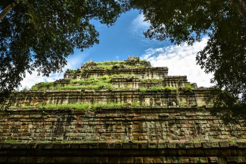 古老酸值Ker金字塔城堡背景天空蔚蓝和白色云彩在寺庙在暹粒市,柬埔寨 免版税库存照片