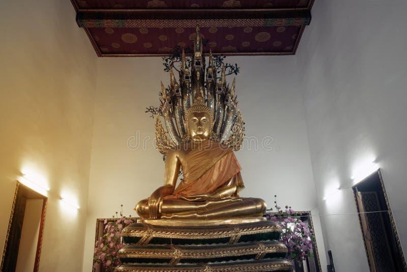 古老金黄坐的Buddhas在Wat Pho,曼谷教会里  免版税库存照片