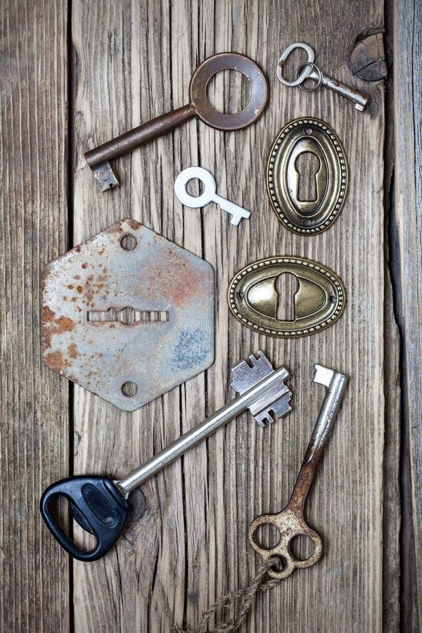古老钥匙和匙孔在老木板 库存图片