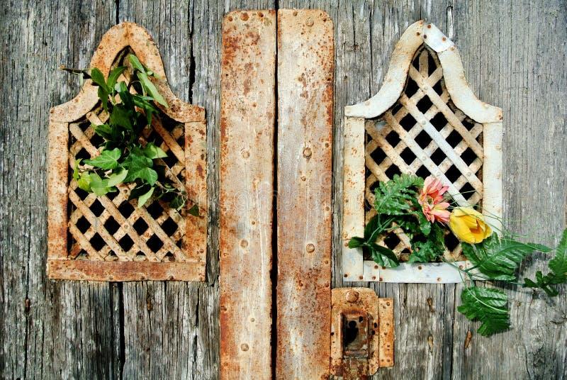 古老门细节细节与花的 免版税库存照片