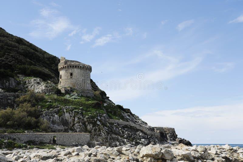 古老防御塔小山的托尔保拉在地中海附近在Circeo国立公园 Lungomare二海岸  免版税库存图片