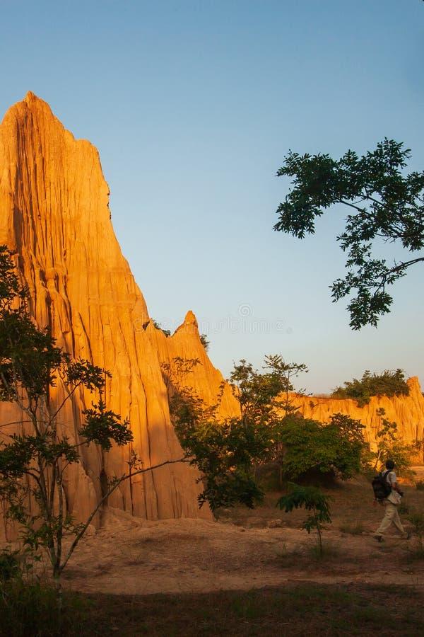 古老风景风景的游人在日落 圣地声浪Na Noi站点显示被腐蚀的砂岩柱子美丽如画的风景, 库存图片