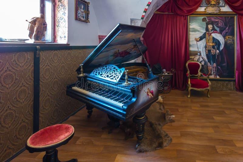 古老黑钢琴、椅子、绘画和博物馆陈列的其他展览 免版税库存照片