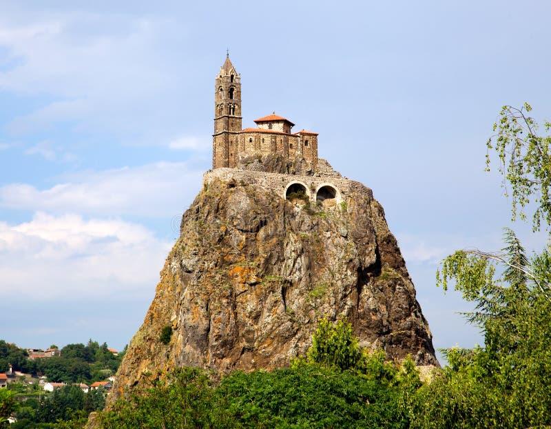 古老Chapelle Saint米谢尔de突出在一根非常陡峭的火山的针(黎火山丘en Velay,法国)的Aiguilhe 免版税库存照片
