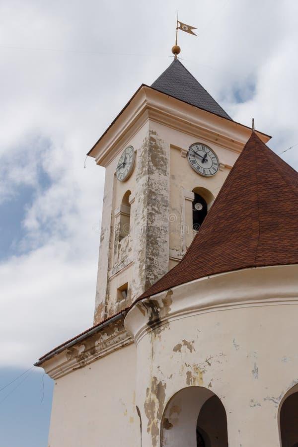 古老clocktower向上看法反对多云天空的,城堡Palanok的一个内在庭院在穆卡切沃,乌克兰的 免版税库存图片