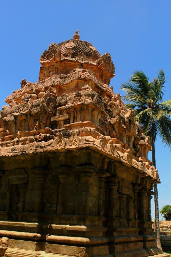 古老dravidian被称呼的塔[gopuram]与在Brihadisvara寺庙的雕塑在Gangaikonda乔拉普拉姆,印度 库存照片