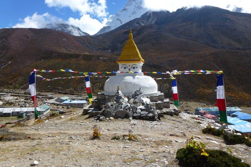 古老stupa在Dingboche,有祷告旗子的,珠穆琅玛营地艰苦跋涉,尼泊尔 免版税库存图片