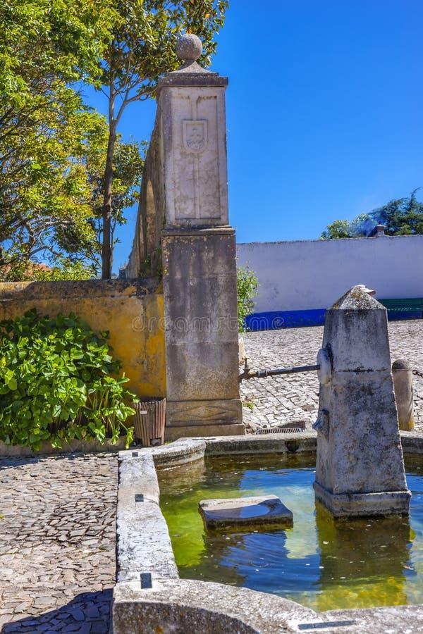 古老Usseira渡槽喷泉Obidos葡萄牙 免版税图库摄影