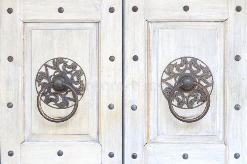 古色古香的中国传统黄铜通道门环的关闭在白色纹理门背景 亚洲建筑学葡萄酒门把 图库摄影