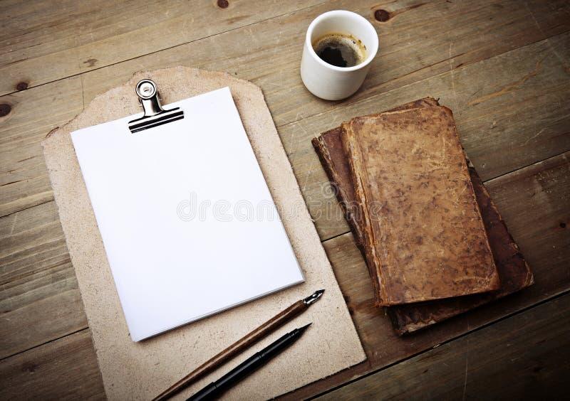 古色古香的书、咖啡和葡萄酒皮革剪贴板 库存图片