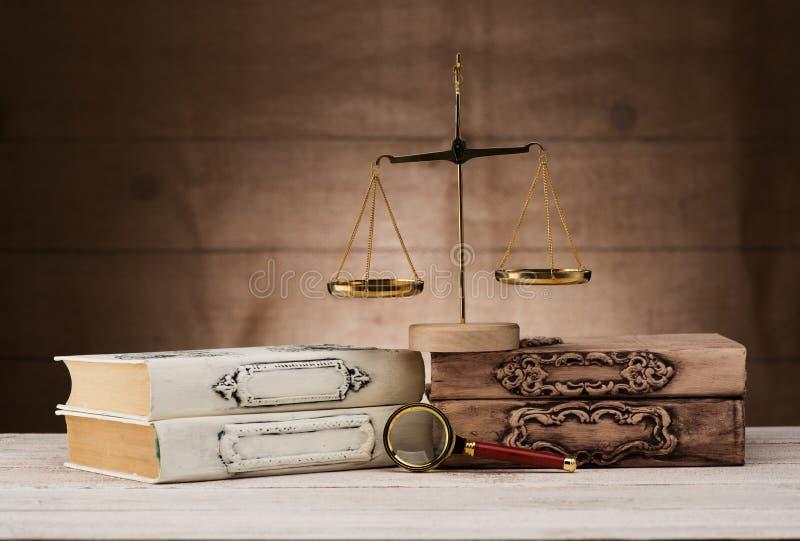 古色古香的书、放大镜和标度 免版税库存照片