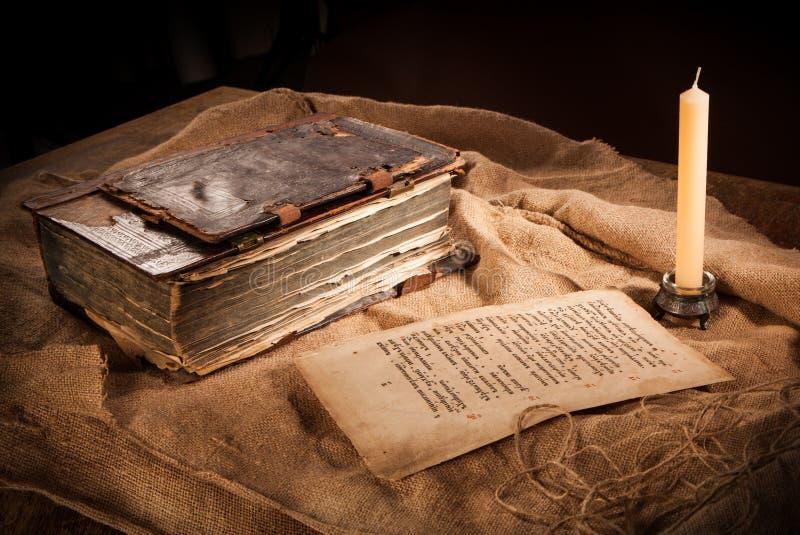 古色古香的书、纸和蜡烛 免版税库存照片
