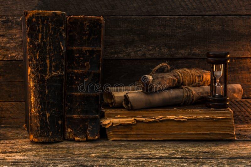 古色古香的书和的文件,在老破旧的委员会的滴漏谎言 免版税库存照片