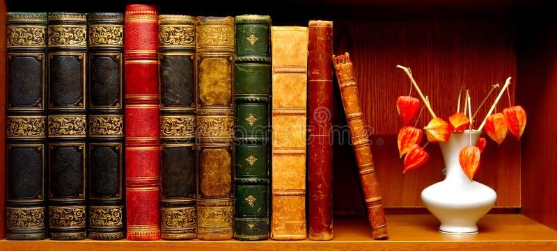 古色古香的书和花瓶有花的 免版税图库摄影