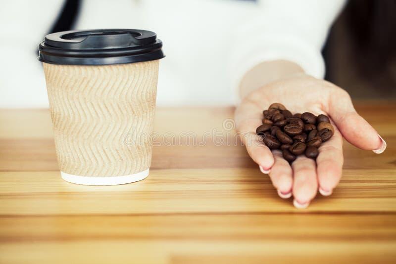 古色古香的企业咖啡合同杯子塑造了新鲜的早晨好老笔场面打字机 咖啡更多时间 在木ba的咖啡去的和豆 免版税库存照片