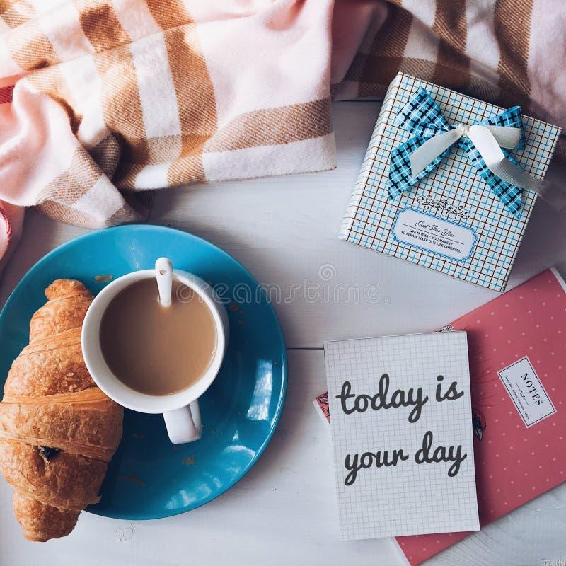 古色古香的企业咖啡合同杯子塑造了新鲜的早晨好老笔场面打字机 免版税库存图片