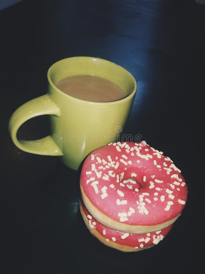 古色古香的企业咖啡合同杯子塑造了新鲜的早晨好老笔场面打字机 免版税库存照片