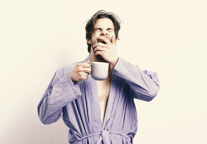 古色古香的企业咖啡合同杯子塑造了新鲜的早晨好老笔场面打字机 有困面孔的运动员在有杯子的浴巾站立 免版税库存图片