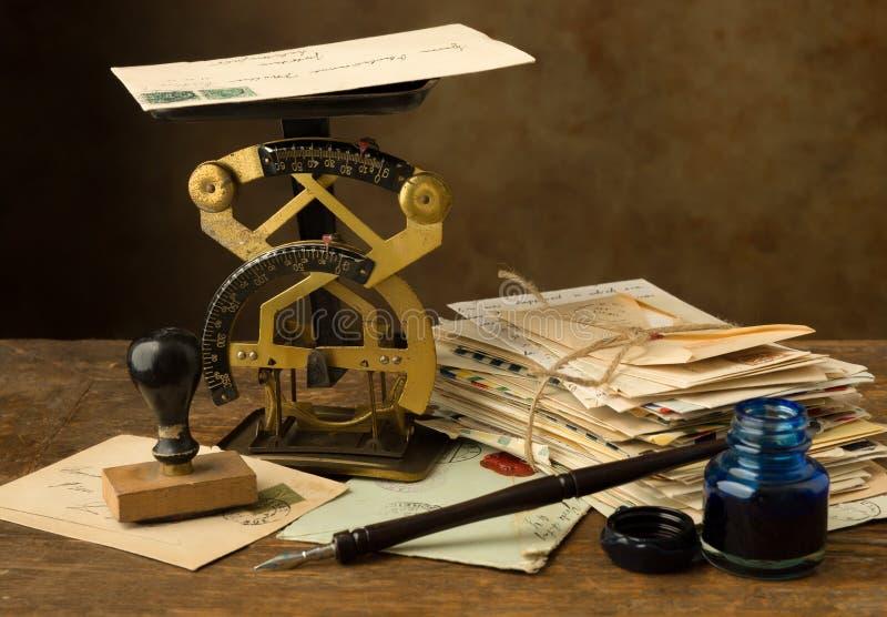 古色古香的信件磅和墨水井 库存照片