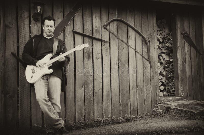 古色古香的吉他弹奏者纵向 库存照片