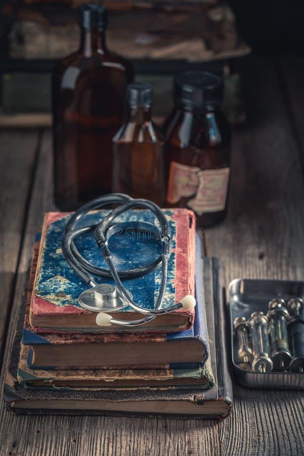 古色古香的听诊器和书作为医疗教育概念 免版税图库摄影