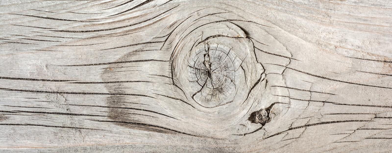 古色古香的地板,与很多镇压的老干木头和剥纤维,特写镜头摘要背景纹理  图库摄影