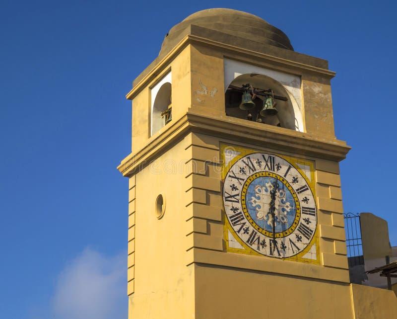 古色古香的塔时钟在卡普里岛海岛,意大利 免版税库存照片