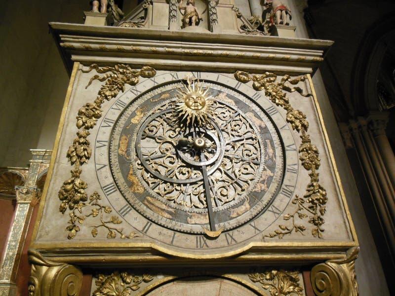 古色古香的天文学黄道带时钟在大教堂利昂里 免版税图库摄影