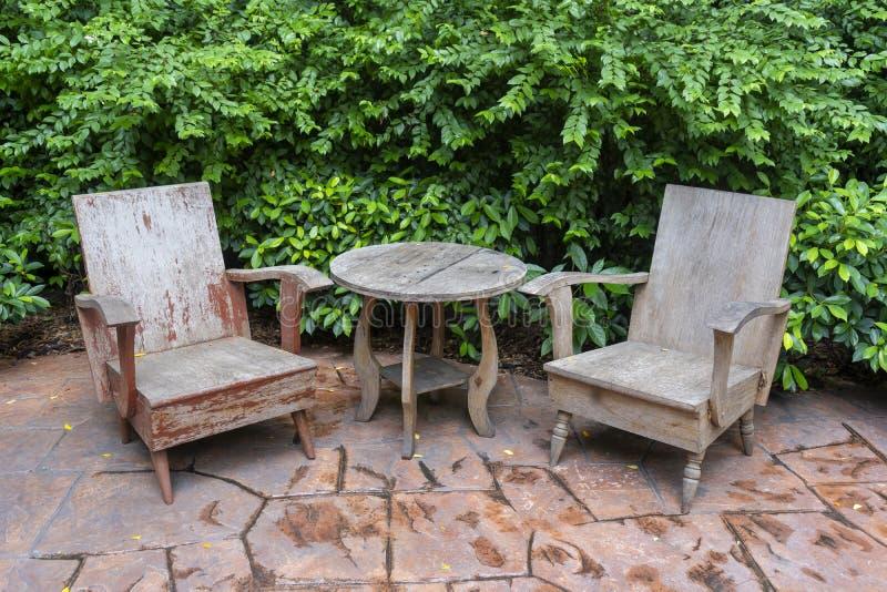 古色古香的套木椅子和桌装饰葡萄酒样式 库存图片