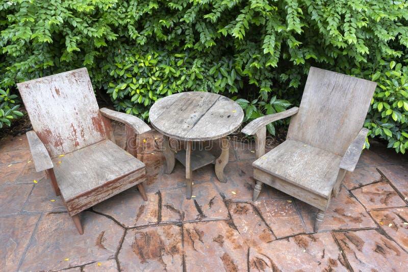 古色古香的套木椅子和桌装饰葡萄酒样式 免版税库存图片