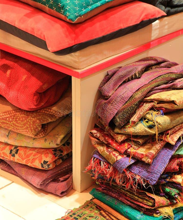 古色古香的家庭商品和纺织品存储 免版税库存图片