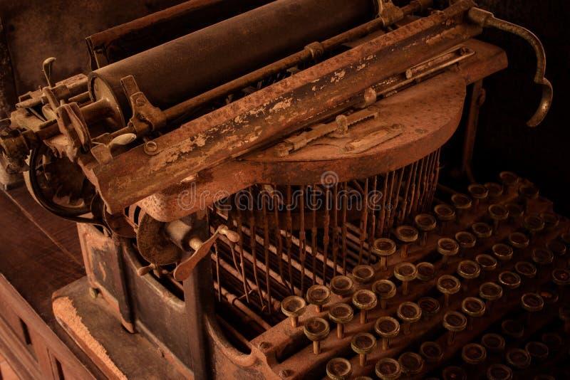 古色古香的打字机机器泰国键盘有在书桌上称呼的葡萄酒减速火箭的 免版税图库摄影