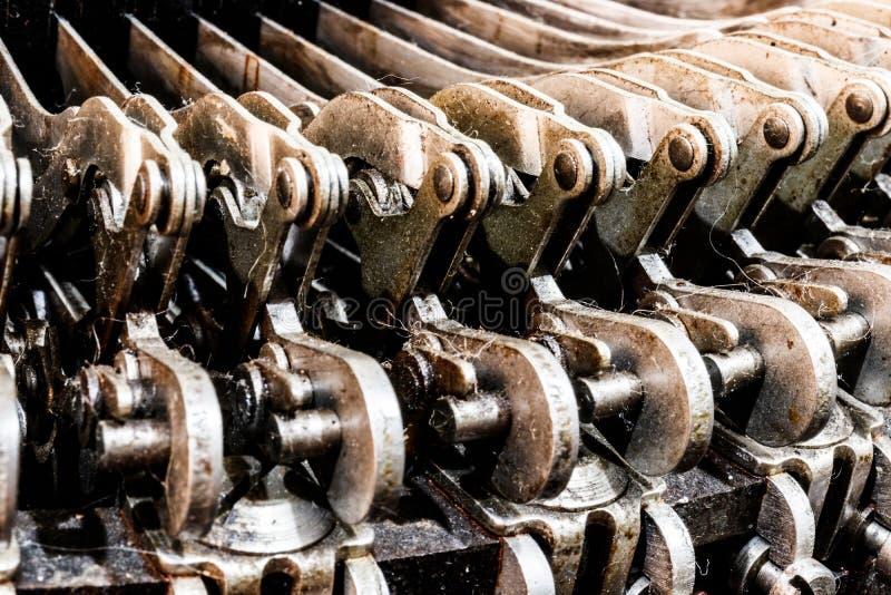 古色古香的打字机机械连动杆幻灯片 每把钥匙连接到,当按,移动打印杆II的杠杆 库存图片