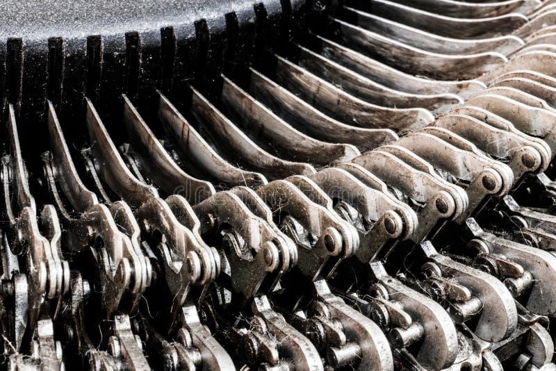 古色古香的打字机机械连动杆幻灯片 每把钥匙连接到,当按,移动打印杆III的杠杆 库存照片