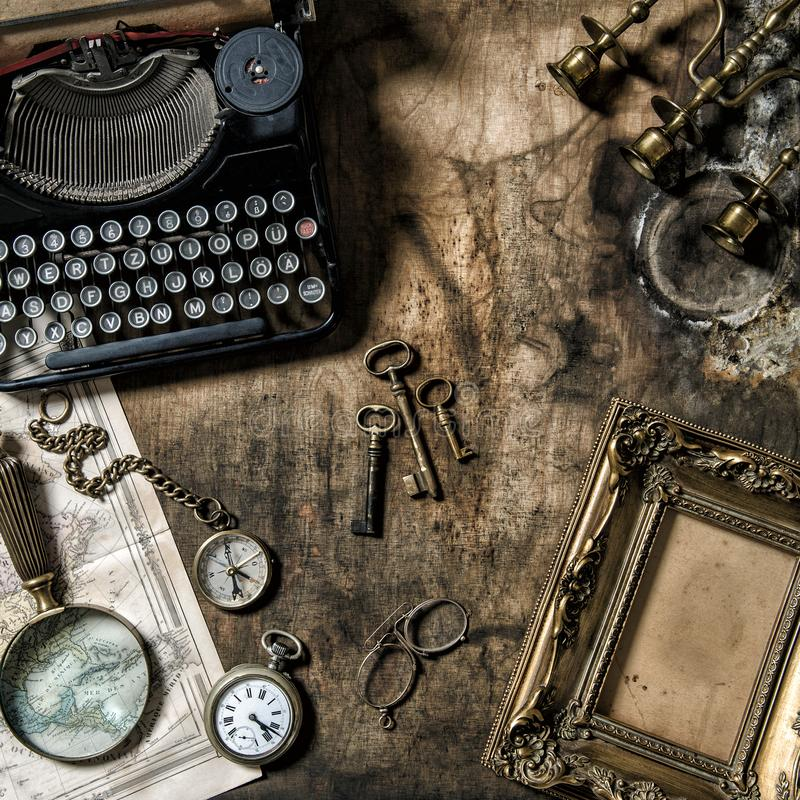古色古香的打字机葡萄酒办公室用工具加工静物画 免版税库存图片
