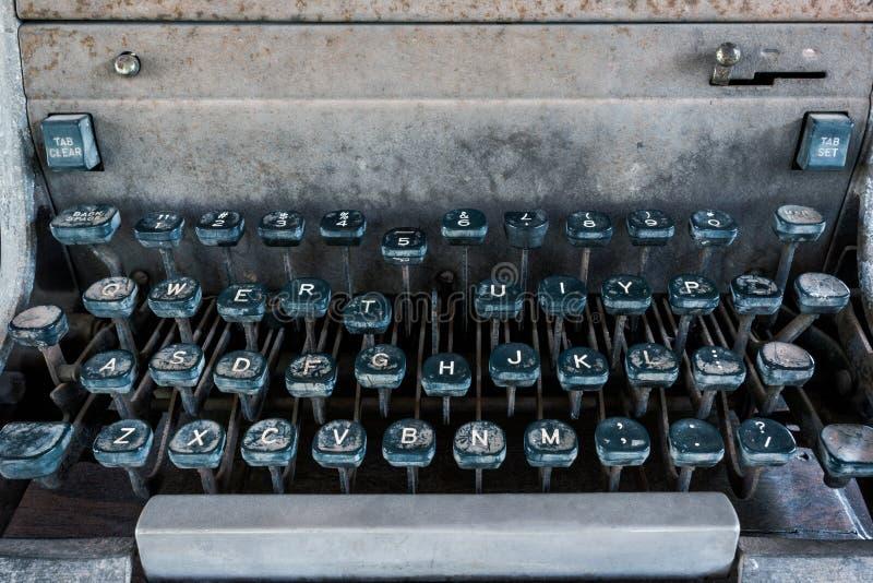 古色古香的打字机,葡萄酒有在书桌上称呼的葡萄酒减速火箭的打字机机器 库存图片