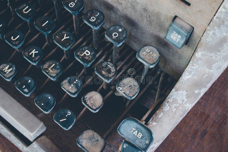 古色古香的打字机,葡萄酒有在书桌上称呼的葡萄酒减速火箭的打字机机器 免版税库存照片