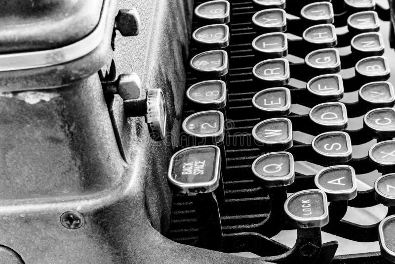 古色古香的打字机-显示传统Q的一台古色古香的打字机 库存图片