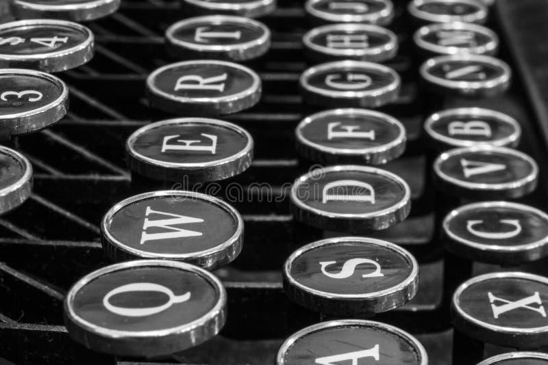 古色古香的打字机-显示传统Q的一台古色古香的打字机 库存照片